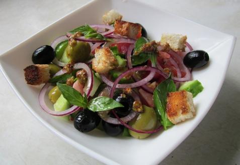 Салат с крутонами и базиликом