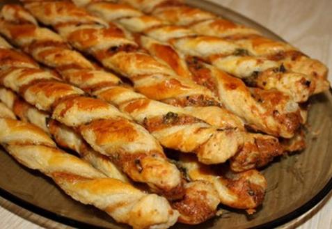 Слоеные палочки с маслинами и фетой