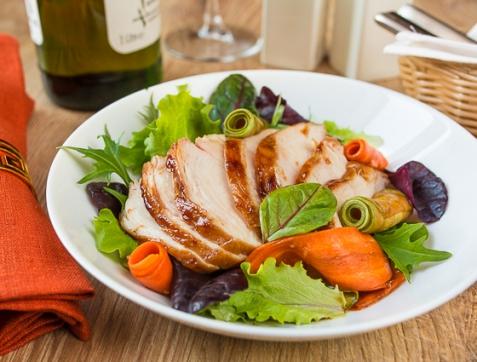 Салат с острой курицей и маринованными овощами