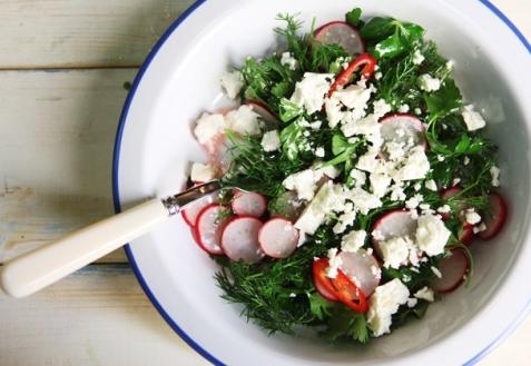 Весенний салат с редисом и зеленью (видео)