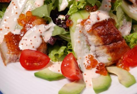 Рецепт - Салат с копченым угрем и красной икрой