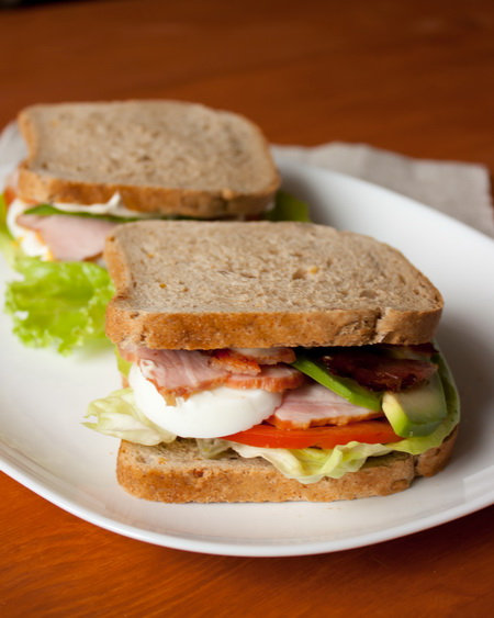 Сэндвич с кобб-салатом