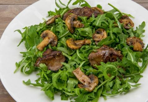 Салат из рукколы с куриной печенкой