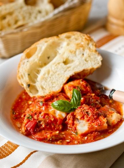 Треска, запеченная под томатным соусом с фетой