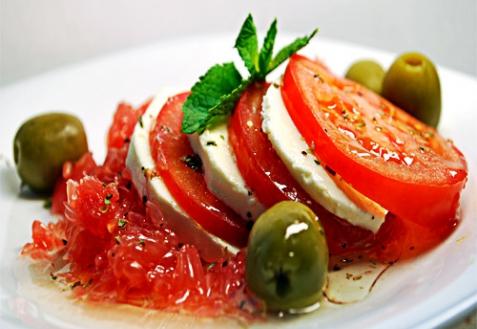 Рецепт - Салат с грейпфрутом, помидорами и сыром