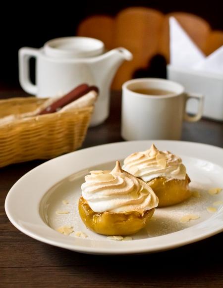 Печеные яблоки с медом и меренгой