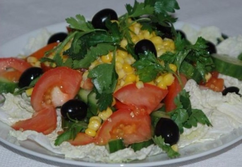 Салат спекинской капустой, помидорами икукурузой
