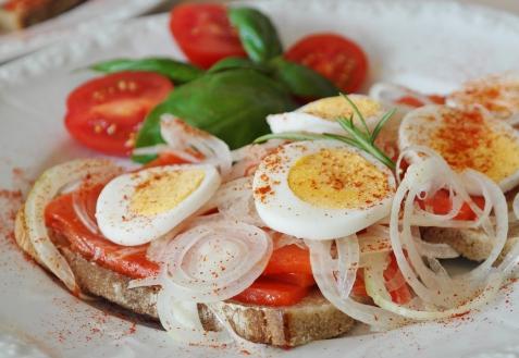Бутерброды с красной рыбой и яйцом