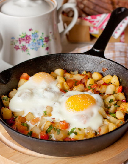 Яйца, запеченные с овощами