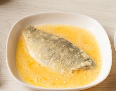 Обмакиваем рыбу в яйцо