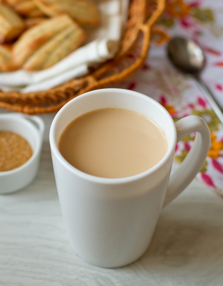 Индийский имбирный чай с молоком и кардамоном