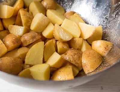 Приправляем картофель