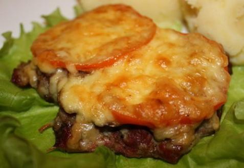 Мясо, запеченное с грибами и помидорами