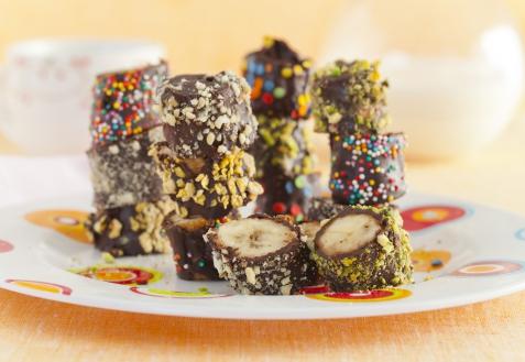 Бананы в шоколаде с орешками (видео)