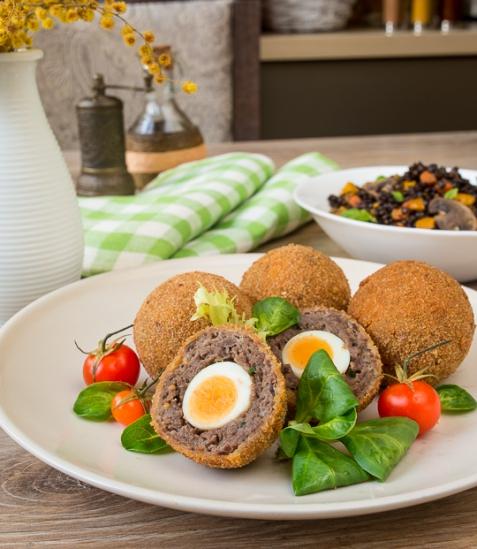 Перепелиные яйца по-шотландски с говядиной