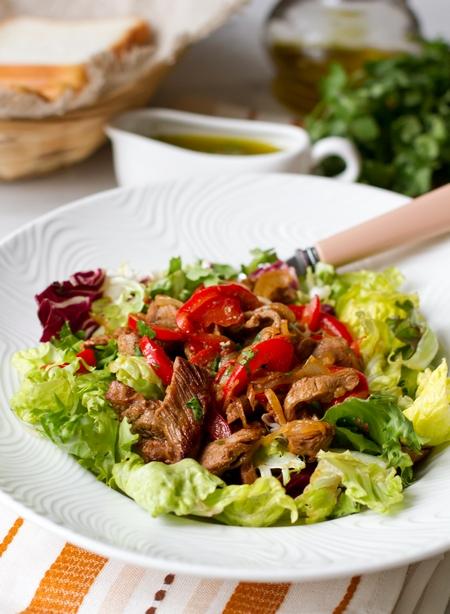 Теплый салат с острой говядиной и сладким перцем