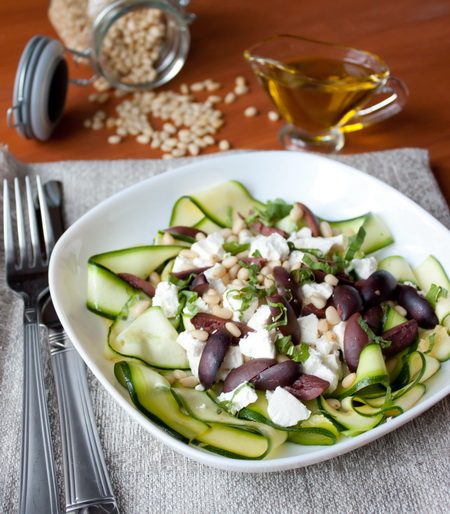 Салат из цуккини с фетой и кедровыми орешками