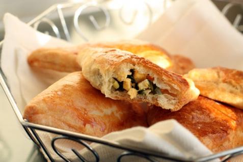 Рецепт - Слоеные пирожки с яйцом и зеленым луком