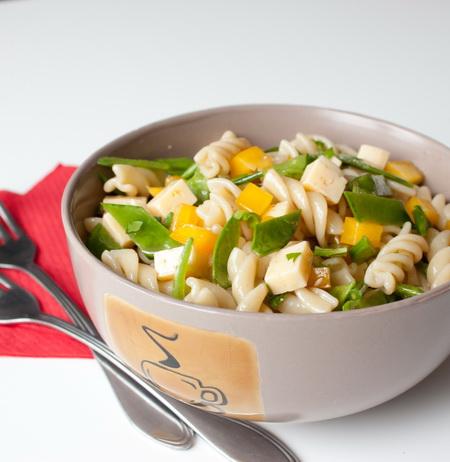 Салат с пастой, сыром и сахарным горошком
