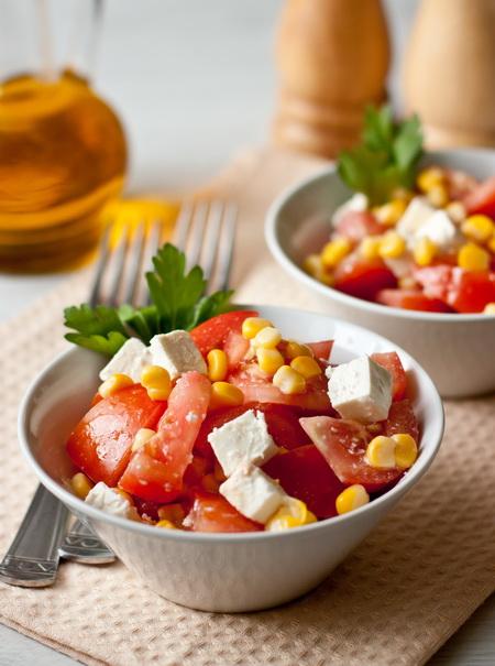 Салат из помидоров с кукурузой и фетой