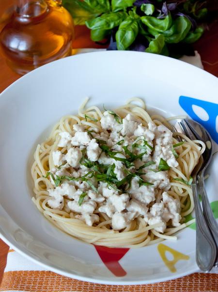 Спагетти с соусом из куриного фарша в сливках