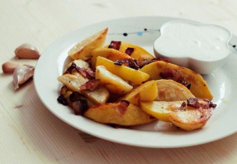 Картофель с беконом и чесночным соусом