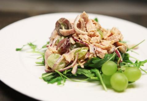 Пикантный салат с курицей и виноградом (видео)