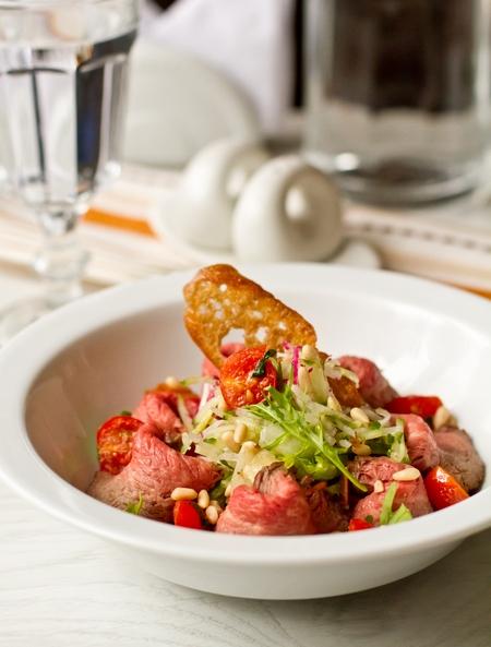 Салат с ростбифом и припущенными томатами черри