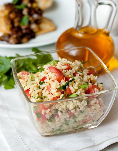 Салат из булгура с помидорами
