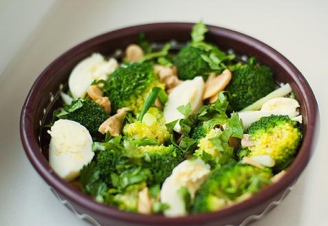 Cалат с брокколи и яйцами