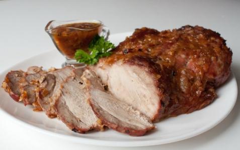 Свиная лопатка, запеченная в цитрусово-луковом соусе