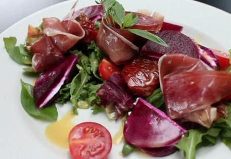Салат с хамоном, свеклой и козьим сыром