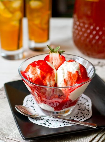 Сырное мороженое с клубнично-томатным соусом