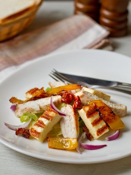 Салат скурицей, вялеными томатами ижареным сыром