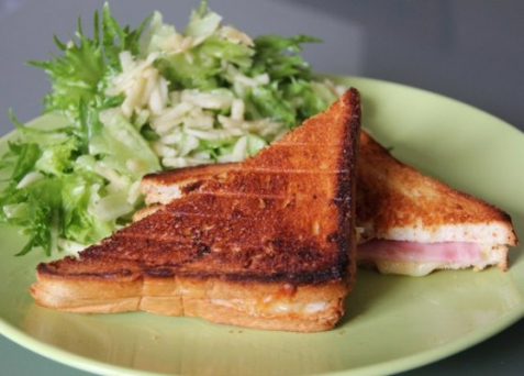 Рецепт - Croque-monsieur с салатом из зеленого яблока к завтраку