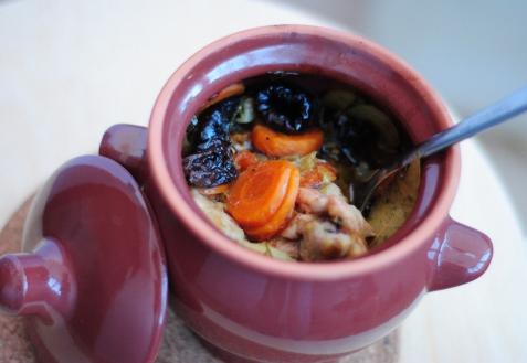 Рецепт - Курица с черносливом в горшочке