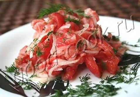 Салат из копченого лосося и помидоров