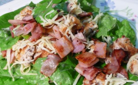 Салат с беконом и гренками - рецепт