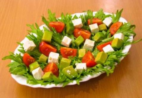 Салат с помидорами, авокадо и фетой