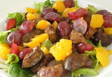Салат с куриной печенью, виноградом и апельсином