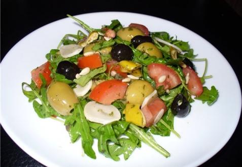 Пикантный салат с рукколой