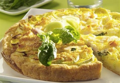 Открытый пирог с сыром и луком-пореем