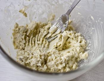 Растираем сыр с маслом
