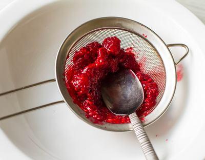 Протираем ягоды