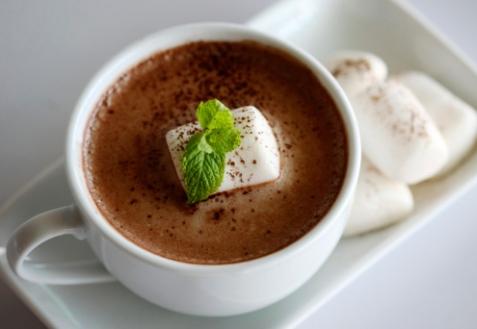 Горячий шоколад с мятой и зефирками