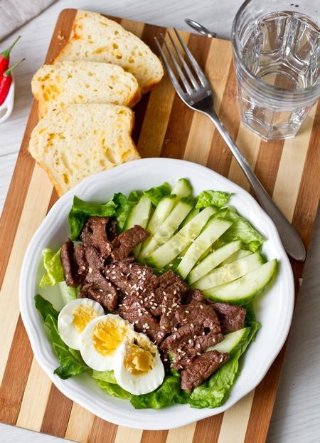 Азиатский салат с острой говядиной
