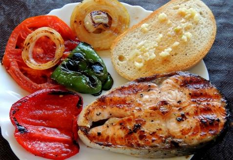 Рецепт - Семга на гриле с овощами и гренками