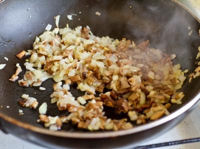 Жарим грибы и лук