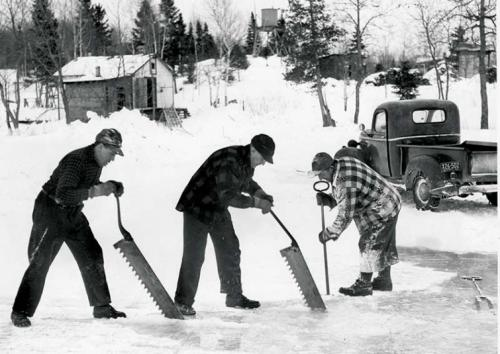 Они вырезали глыбы льда из замерзших озёр, рискуя умереть от переохлаждения в случае падения в прорубь. Нынче лед не переносят с места на место, а используют специальное холодильное оборудование
