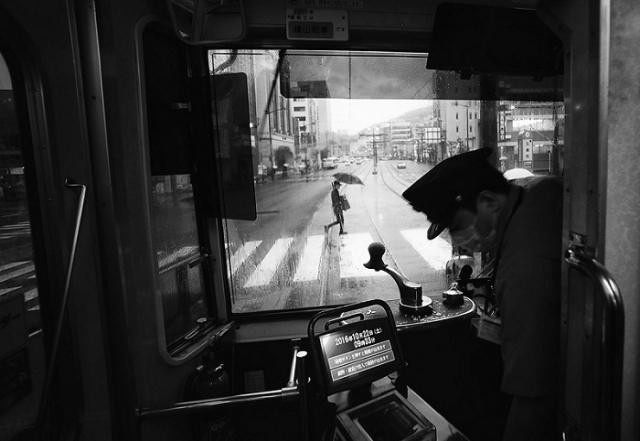 Вид на тихую главную улицу из окна трамвая в Нагасаки, Япония. Автор фотографии: Хиро Курашина (Hiro Kurashina).